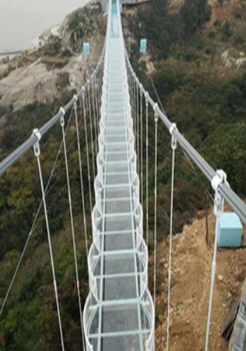 如何在两座山之间架设一座玻璃吊桥?