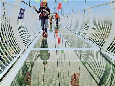 """网友:玻璃吊桥玩""""心跳"""",体验网红项目就是刺激"""