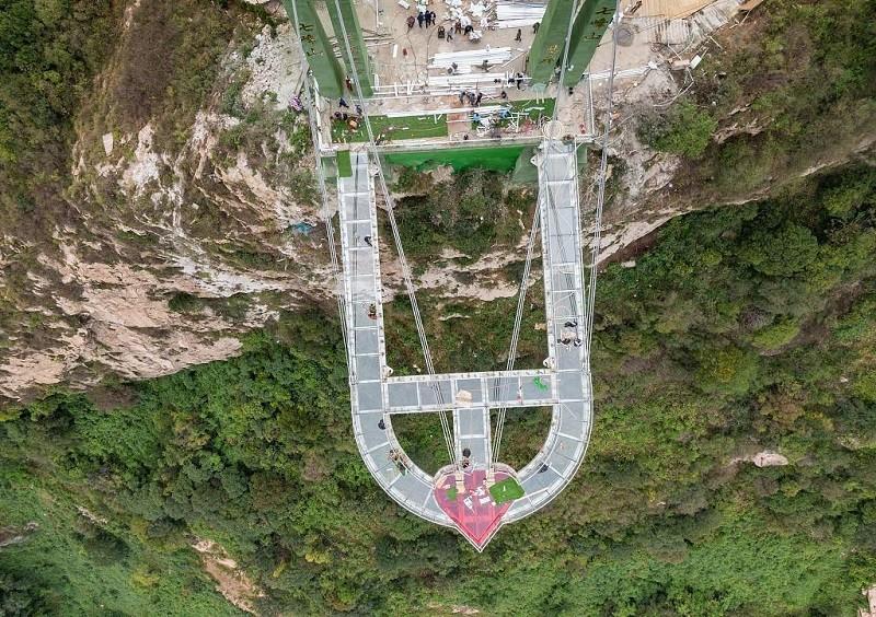 高空玻璃悬廊建在198米悬崖上,看图片就有点刺激
