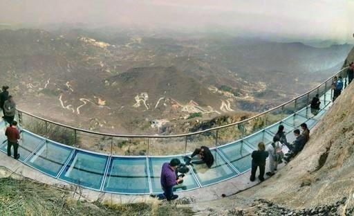 高空玻璃栈道工程,玻璃吊桥设计-郑州大齐建设工程有限公司