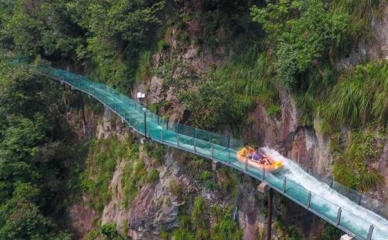 悬崖玻璃漂流你敢玩吗?玻璃水滑道建设-郑州大齐建设工程有限公司