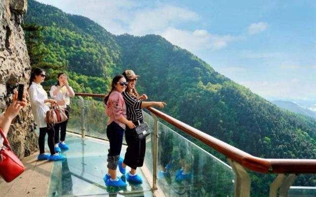 玩玻璃吊桥,玻璃栈道为什么要穿鞋套?
