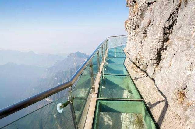 玻璃栈道施工-玻璃栈道用的是什么玻璃?大齐旅游建设工程公司