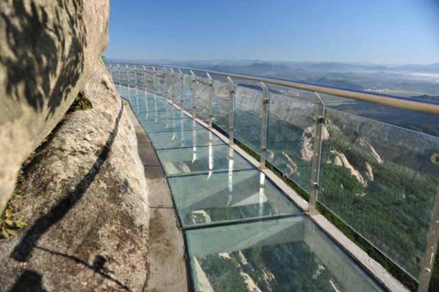 玻璃栈道的施工发展前景,投资玻璃栈道赚钱吗?