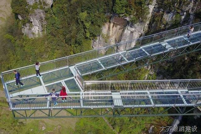 玻璃悬廊工程的魅力-大齐旅游玻璃悬廊桥施工公司